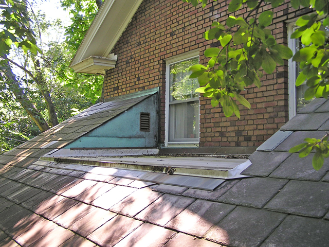 Porch roof with kneewall attic vent